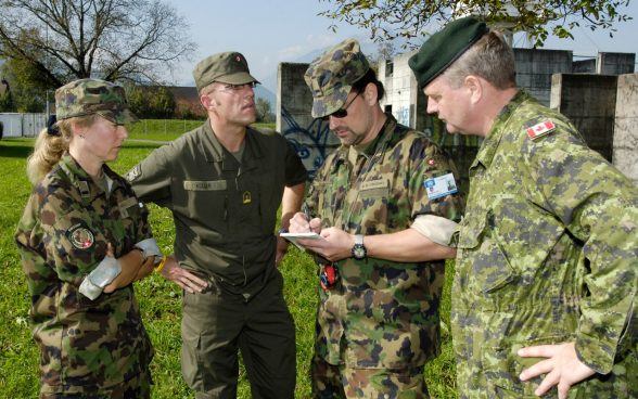 Course participants discuss a practice assignment at Armed Forces International Command SWISSINT in Stans.